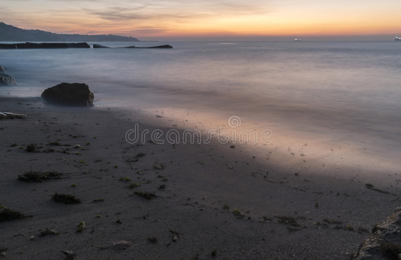 Het ontmoeten van de zonsopgang op het strand stock afbeelding