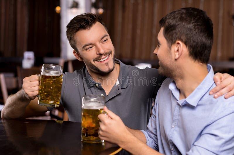 Het ontspannen in bierbar. royalty-vrije stock fotografie