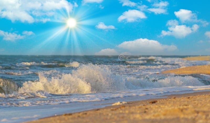 Het ontspannen bij de Griekse Middellandse Zee en enjoyng een warme zonsondergang over een blauwe hemel met een paar wolken over  stock foto's