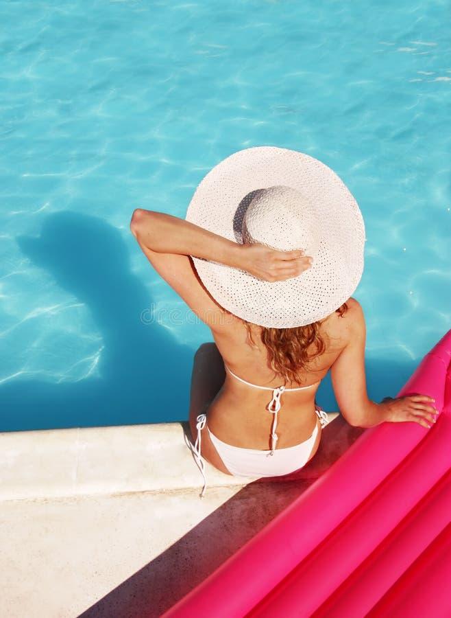 Het ontspannen bij de pool stock afbeelding