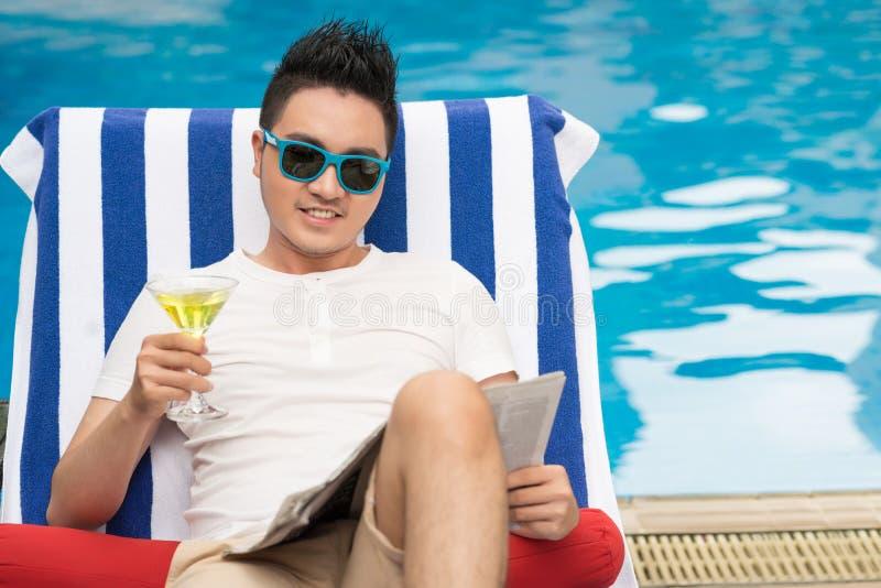 Het ontspannen bij pool royalty-vrije stock afbeelding
