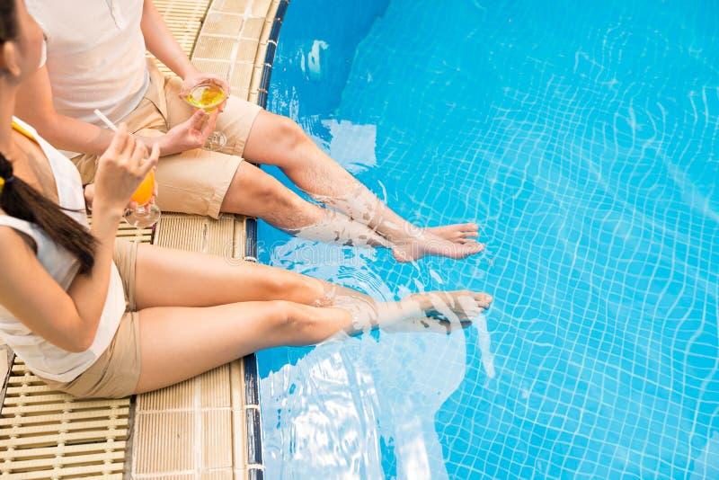 Het ontspannen bij pool stock afbeelding
