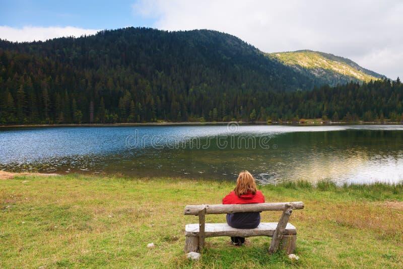 Het ontspannen dichtbij een bergmeer stock afbeelding