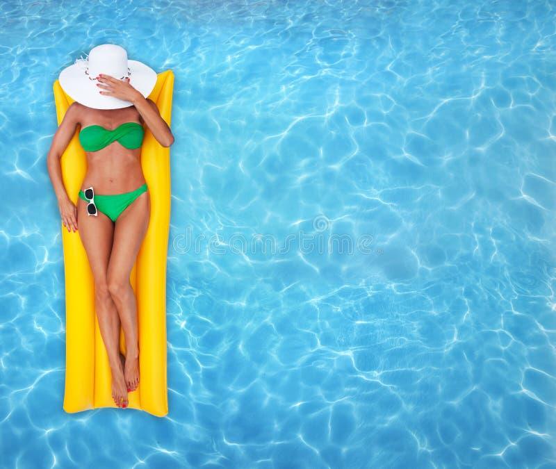 Het ontspannen in een pool stock foto