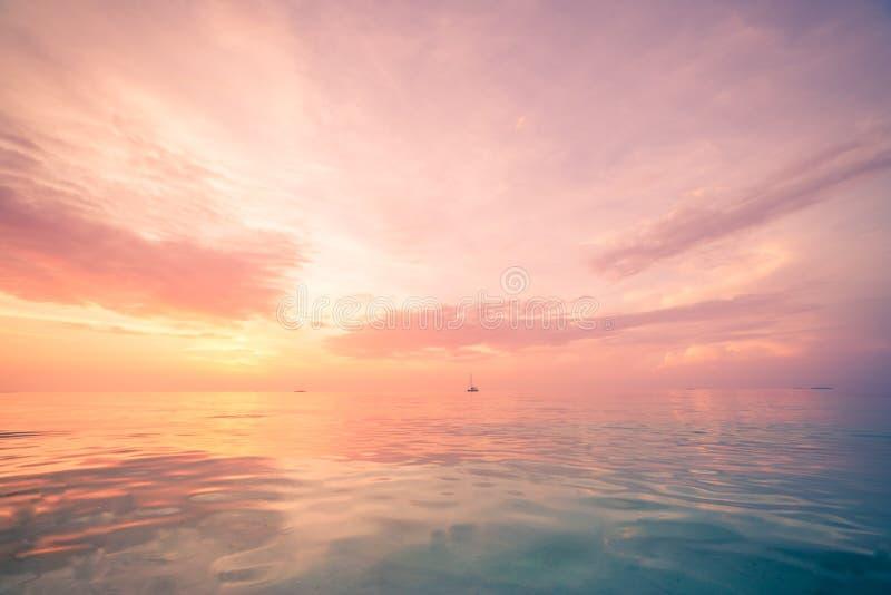 Het ontspannen en kalme overzeese mening Open oceaanwater en zonsonderganghemel Rustige aardachtergrond Oneindigheids overzeese h stock afbeeldingen