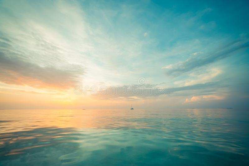 Het ontspannen en kalme overzeese mening Open oceaanwater en zonsonderganghemel Rustige aardachtergrond Oneindigheids overzeese h