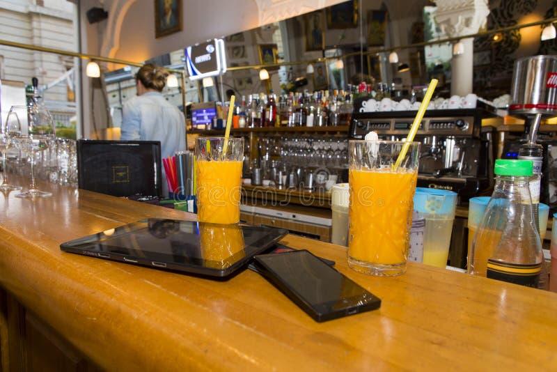 Het ontspannen en mededeling in een bar stock afbeeldingen