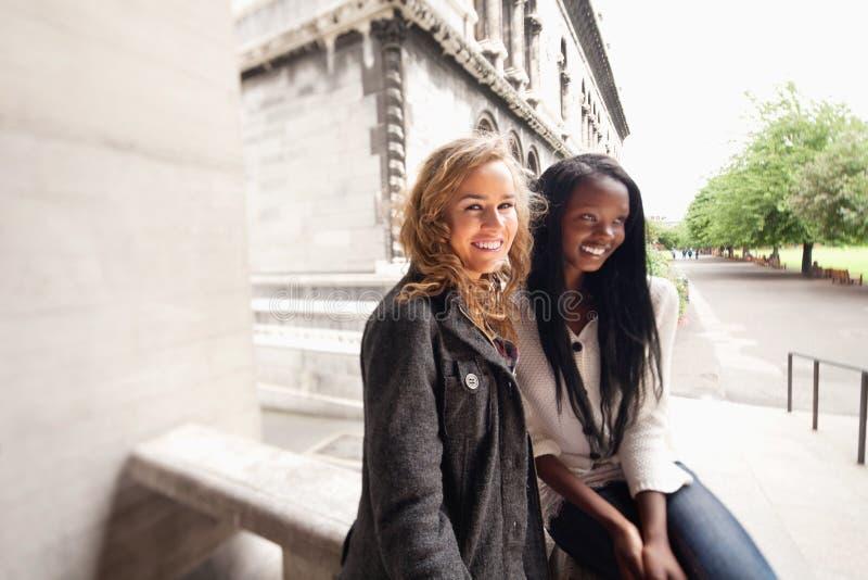 Het ontspannen jonge vrienden glimlachen royalty-vrije stock foto