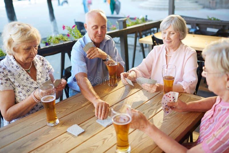 Het ontspannen met bier stock foto