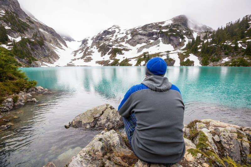 Het ontspannen op bergmeer stock afbeeldingen