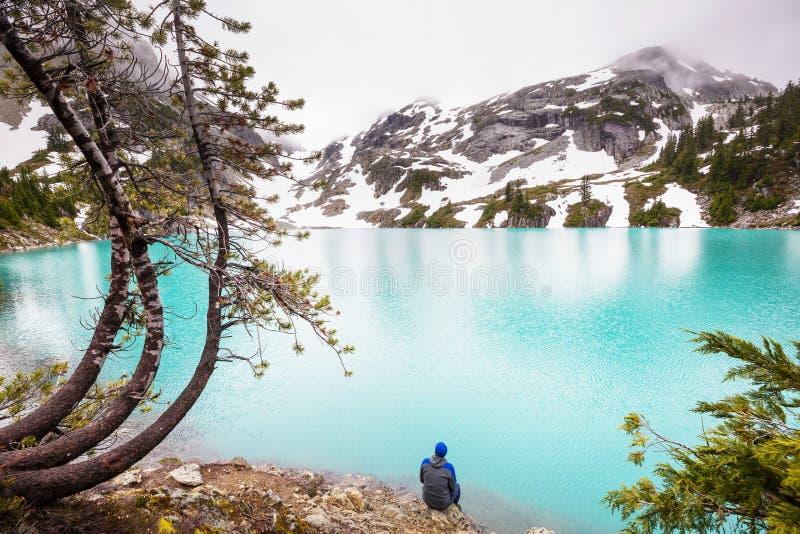 Het ontspannen op bergmeer royalty-vrije stock foto's