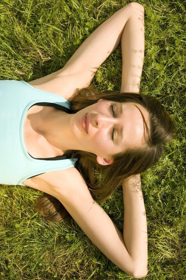 Het ontspannen op gras royalty-vrije stock afbeeldingen