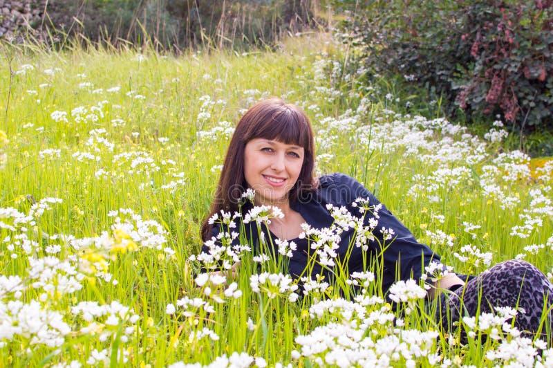 Het ontspannen op het bloemgebied stock afbeelding