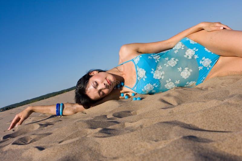 Het ontspannen op het strand stock afbeelding