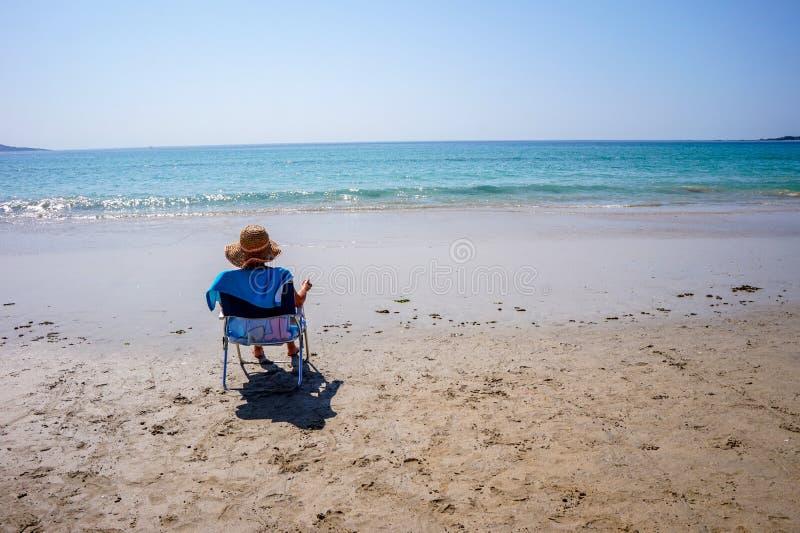 Het ontspannen op het strand en het genieten van het van zeegezicht in ALanzada, Spanje stock afbeeldingen