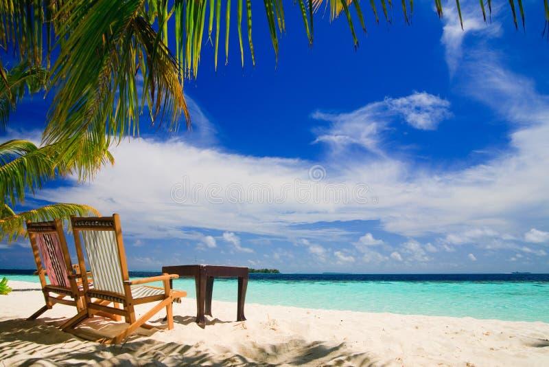 Het ontspannen op tropisch paradijs stock afbeeldingen