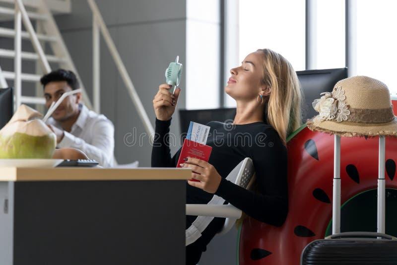 Het ontspannen paspoort van de bedrijfsvrouwenholding in werkplaats van bureau Het concept van de zomervakanties royalty-vrije stock fotografie