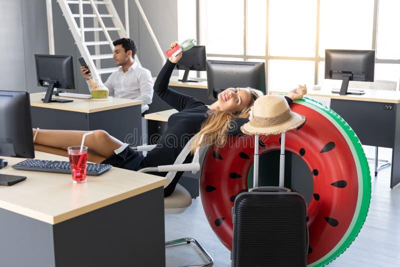 Het ontspannen paspoort van de bedrijfsvrouwenholding in werkplaats van bureau Het concept van de zomervakanties royalty-vrije stock foto