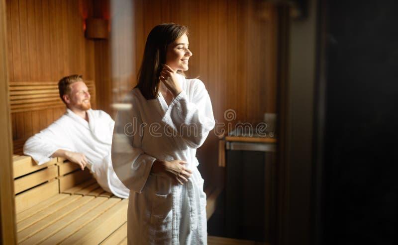 Het ontspannen, rusten en zweten van een paar in sauna stock afbeelding