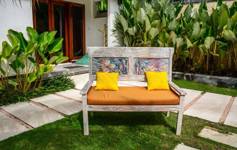 Het ontspannen stoelen bij tuin van een ecotoevlucht royalty-vrije stock foto's