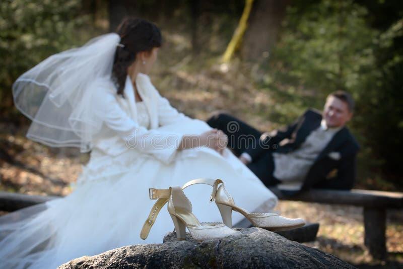 Het ontspannen van de bruid en van de bruidegom   stock foto's