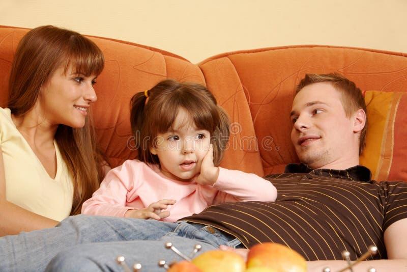Het ontspannen van de familie royalty-vrije stock afbeelding