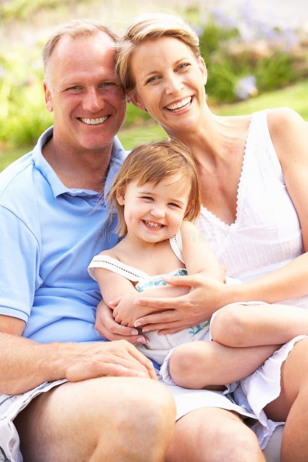 Het Ontspannen van de familie in Tuin royalty-vrije stock foto's