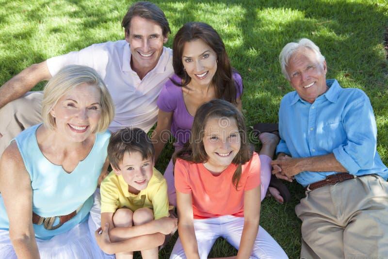 Het Ontspannen van de Familie van de Kinderen van de Grootouders van ouders stock afbeeldingen