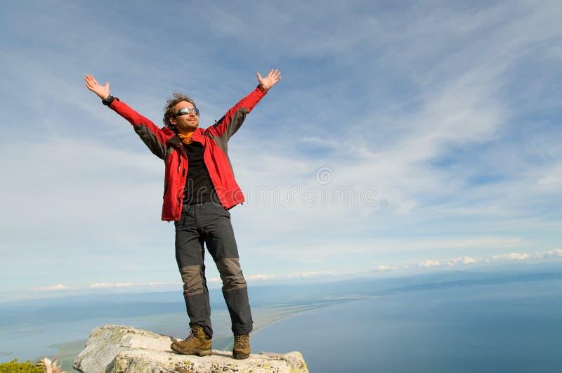 Het ontspannen van de mens bij bergbovenkant royalty-vrije stock fotografie