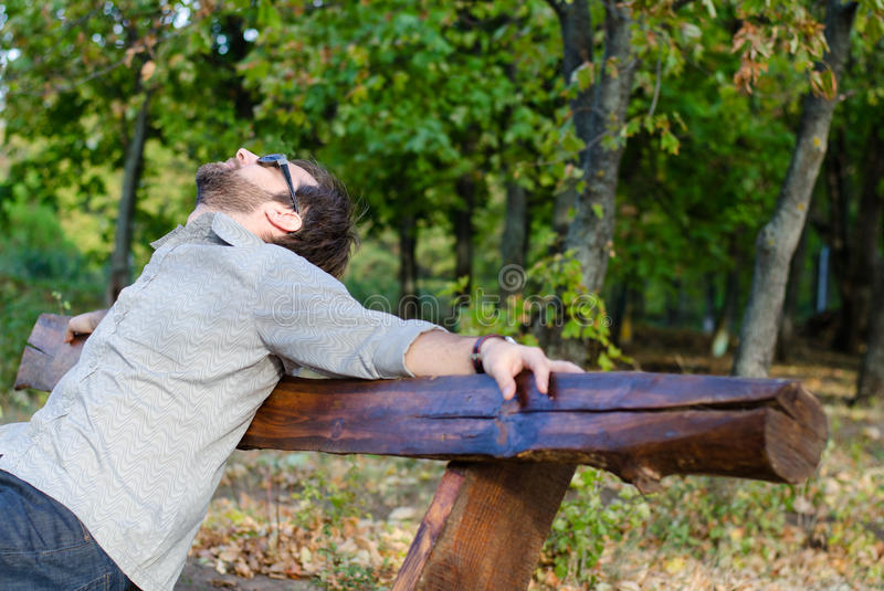 Het ontspannen van de mens op bank stock afbeelding