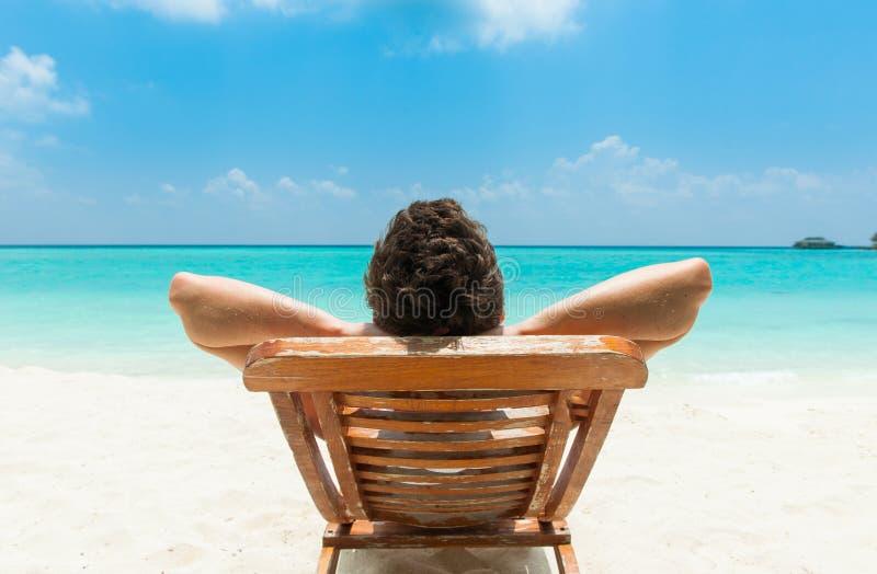 Het ontspannen van de mens op strand royalty-vrije stock afbeeldingen