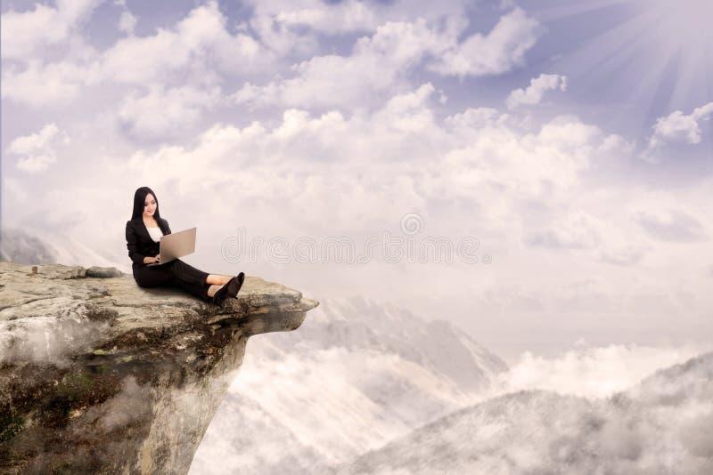 Het ontspannen van de onderneemster op berg stock afbeelding