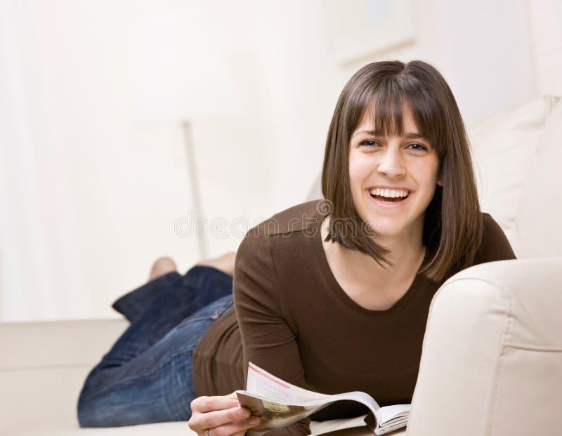 Het ontspannen van de tiener op bank in woonkamer stock foto's