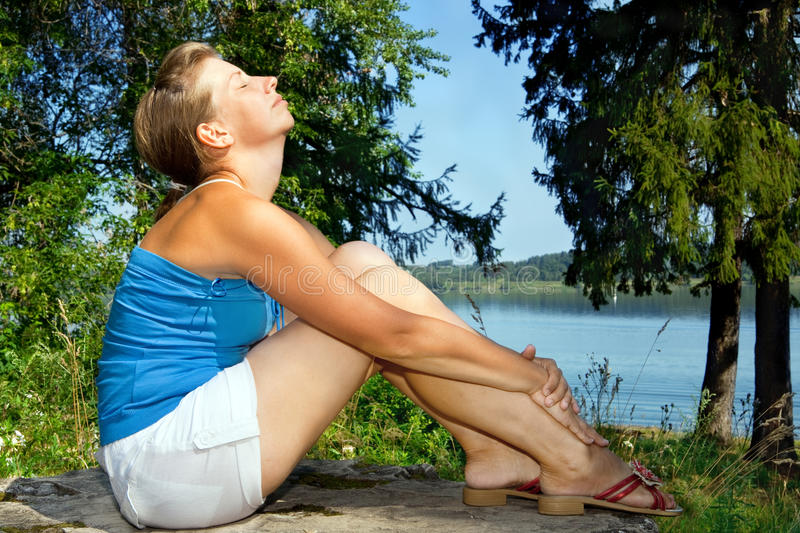 Het ontspannen van de vrouw stock foto's
