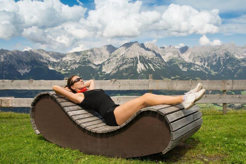 Het ontspannen van de vrouw royalty-vrije stock afbeelding