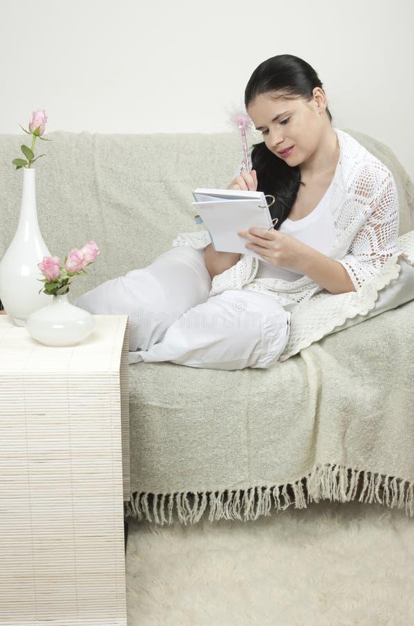 Het ontspannen van de vrouw stock afbeelding