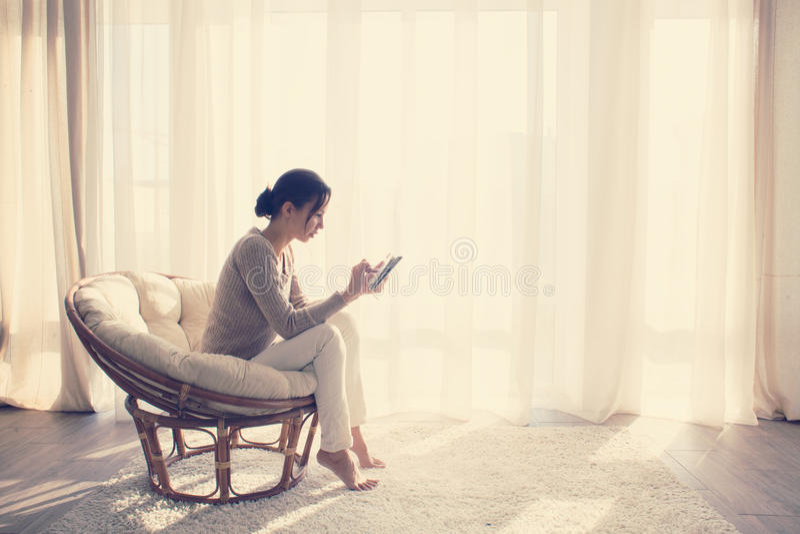 Het ontspannen van de vrouw als voorzitter royalty-vrije stock fotografie