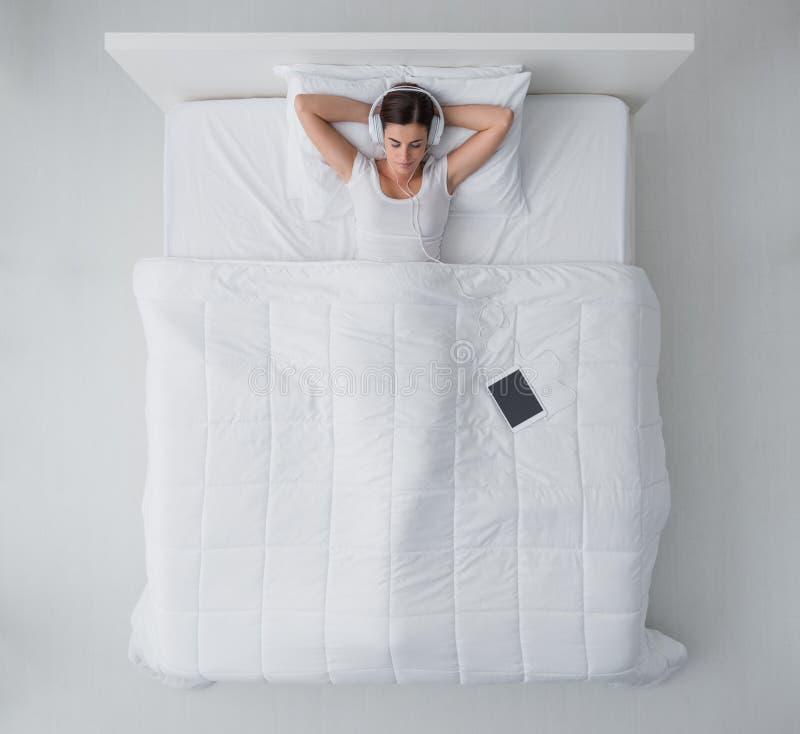 Het Ontspannen van de vrouw in Bed royalty-vrije stock foto