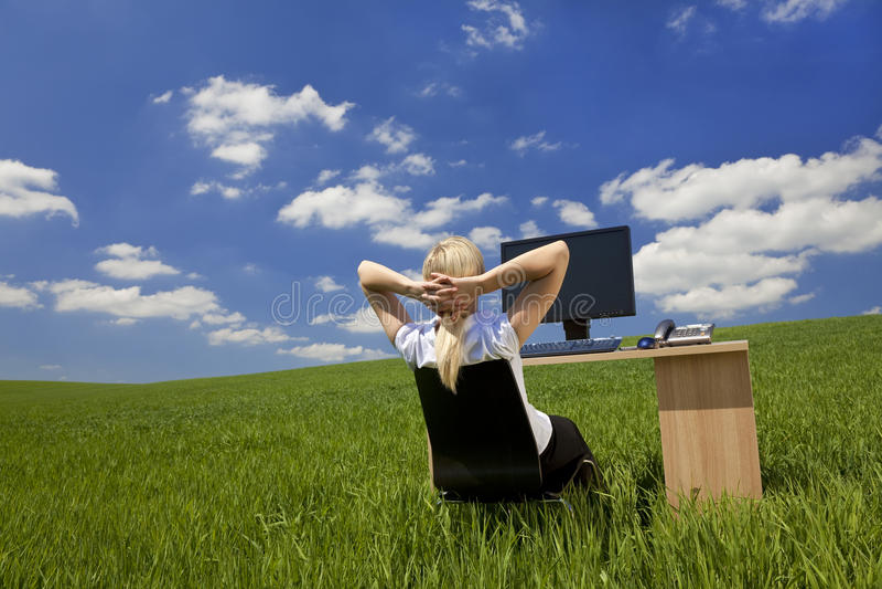 Het Ontspannen van de vrouw in een Virtueel Groen Bureau stock foto