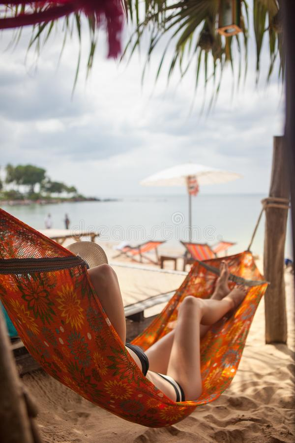 Het ontspannen van de vrouw in hangmat stock foto