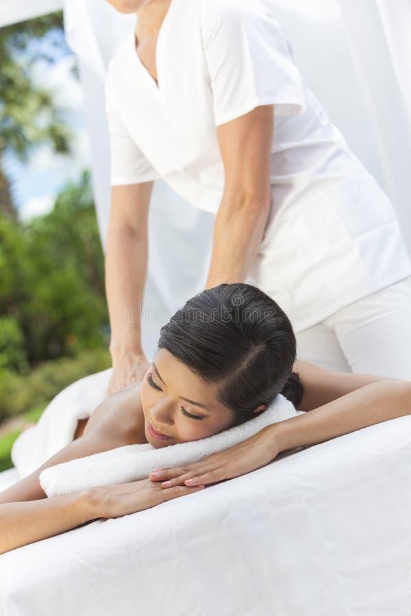Het Ontspannen van de vrouw in Health Spa die Massage hebben royalty-vrije stock fotografie