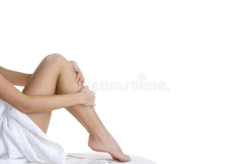Het ontspannen van de vrouw met handdoek stock foto's