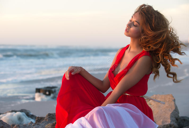 Het ontspannen van de vrouw op het strand royalty-vrije stock foto