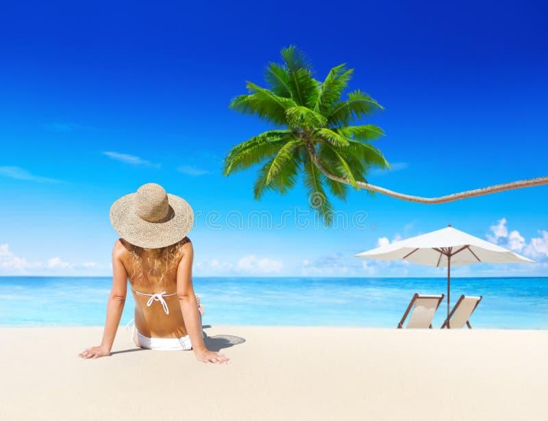 Het ontspannen van de vrouw op het strand royalty-vrije stock fotografie