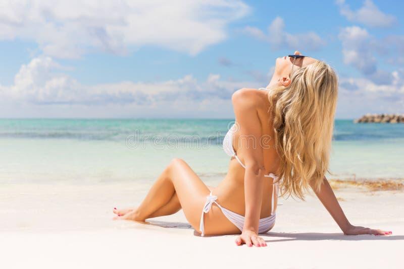 Het ontspannen van de vrouw op het strand stock afbeelding
