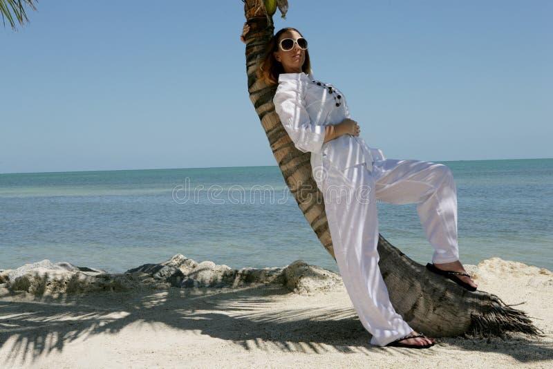 Het ontspannen van de vrouw op strand royalty-vrije stock fotografie