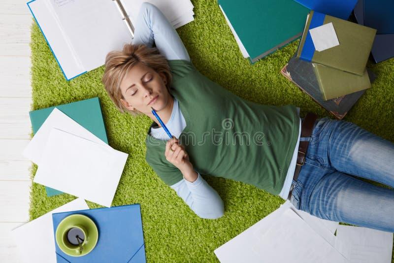 Het ontspannen van de vrouw op vloer stock afbeeldingen