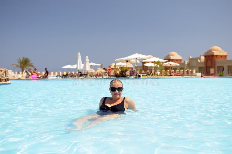 Het ontspannen van de vrouw in pool royalty-vrije stock afbeeldingen