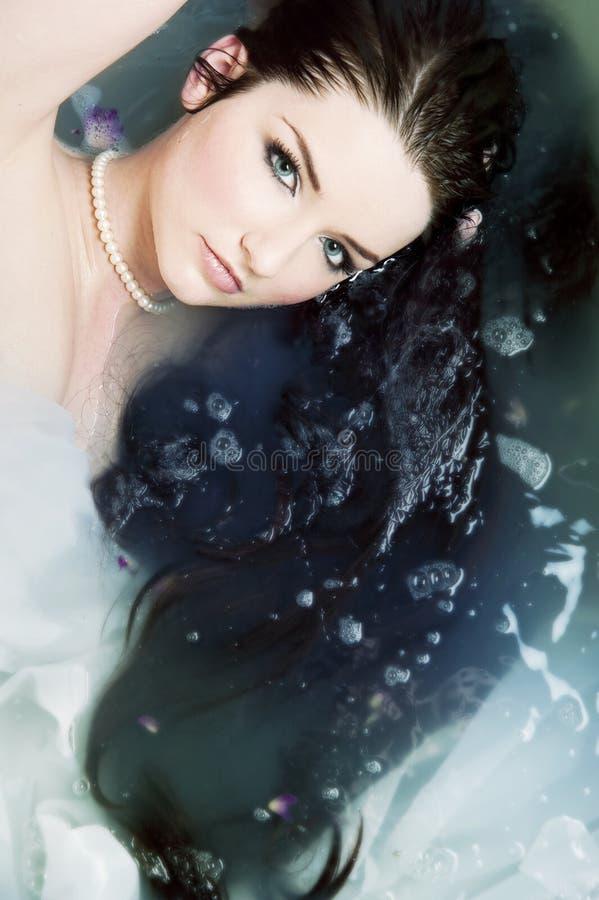 Het ontspannen van de vrouw in water royalty-vrije stock foto's