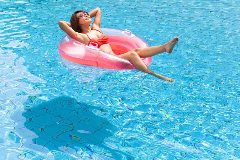Het Ontspannen van de vrouw in Zwembad stock foto